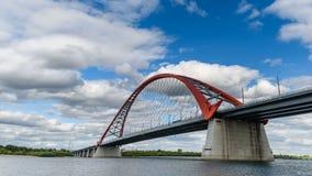 Chmury biegają w niebieskim niebie nad czerwień mostem nad Ob rzeką zdjęcie wideo