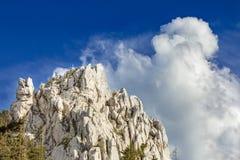 Chmury buduje up za halnym szczytem zaznaczającym z szczytu krzyżem zdjęcie royalty free