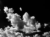 Chmury Czarny tło Odosobniony biel chmurnieje na czarnym niebie Set odosobnione chmury nad czarnym tłem cztery elementy projektu  Zdjęcia Royalty Free