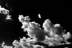Chmury Czarny tło Odosobniony biel chmurnieje na czarnym niebie Set odosobnione chmury nad czarnym tłem cztery elementy projektu  Obrazy Stock