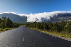 Chmury czołgać się przez Norweskie góry Fotografia Royalty Free