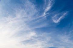 Chmury delikatny przepływ i niebieskie niebo Obrazy Stock