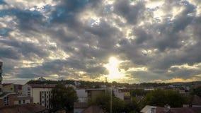 Chmury dmuchać wiatrem nad wieczór niebem zbiory