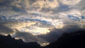 Chmury dryfuje nad skalistymi szczytami przy zmierzchem, Lofoten wyspy zdjęcie wideo