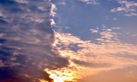 Chmury dzielili niebo zmierzchu kolorowego lekkiego zmrok 2 Fotografia Stock