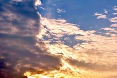 Chmury dzielili niebo zmierzchu kolorowego lekkiego zmrok 4 Obrazy Stock