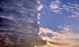 Chmury dzielili niebo zmierzchu kolorowego lekkiego zmrok 3 Zdjęcie Stock