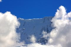 chmury flankowali góra wierzchołek Obraz Stock