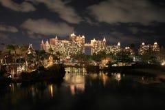 Chmury i świateł odbicia przy nocą Atlantis hotel, Bahamas Obraz Royalty Free
