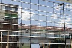 chmury i dom odbijali w okno budynek Zdjęcia Royalty Free