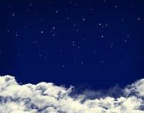 Chmury i gwiazdy w nocy niebieskim niebie ilustracji