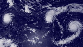 Chmury i huragan szaleją nad oceanem, satelitarny widok ilustracja wektor