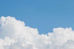 Chmury I Jasny niebieskie niebo Zdjęcie Stock