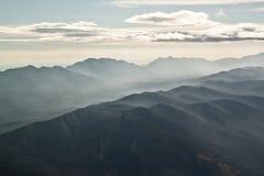 Chmury i mgiełka nad pasmem górskim zdjęcia stock