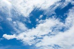 Chmury i niebieskie niebo, piękny nieba tło Obrazy Royalty Free