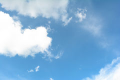 Chmury i niebieskie niebo w słonecznym dniu zdjęcie royalty free