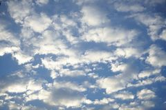 Chmury i niebieskie niebo w spadku zdjęcie royalty free