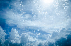 Chmury i niebieskie niebo z bokeh Fotografia Royalty Free