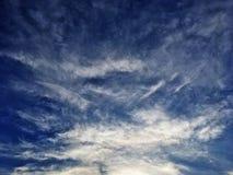 Chmury i pi?kni niebieskie nieba zdjęcia royalty free