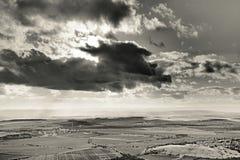 Chmury i pogodny światło w Czeskich środkowych górach kształtują teren teren blisko Brvany wioski w zimie bez śniegu w Grudniu 20 Zdjęcie Royalty Free