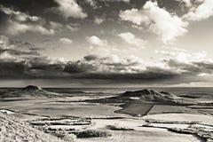 Chmury i pogodny światło w Czeskich środkowych górach kształtują teren teren blisko Brvany wioski w zimie bez śniegu w Grudniu 20 Zdjęcie Stock
