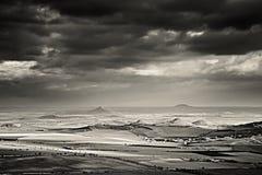 Chmury i pogodny światło w Czeskich środkowych górach kształtują teren teren w zimie bez śniegu w Grudniu 2017 gdy przeglądają od Zdjęcia Royalty Free