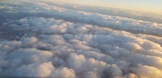 Chmury i skys ?wiat?o s?oneczne obraz stock