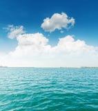 Chmury i turkusowy morze Fotografia Stock