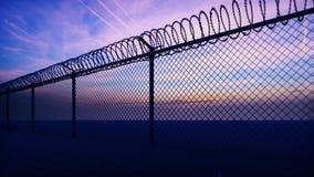Chmury i zmierzch mogą widzieć przez metalu więzienia ogrodzenia z drutem kolczastym P?tli realistyczna 3d animacja ilustracji