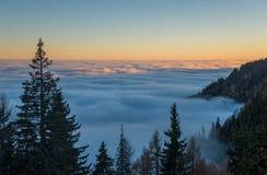 Chmury jako morze w górach Zdjęcie Stock