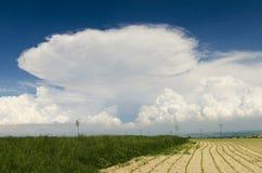 chmury kształtują teren nad burzowym Zdjęcia Stock