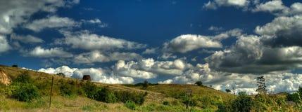 chmury kształtują teren panoramicznego Zdjęcia Stock