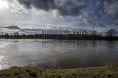 Chmury lata nad wielką linią na brzeg i rzeką Zdjęcia Royalty Free