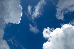 Chmury na niebieskim niebie Zdjęcie Royalty Free