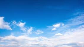 Chmury na niebieskim niebie obrazy stock
