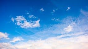 Chmury na niebieskim niebie zdjęcia royalty free