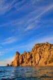 Chmury na niebieskim niebie fala piękne skaliste góry na brzeg Czarny morze w Crimea Zdjęcia Stock
