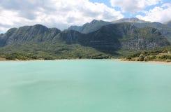 Chmury na szmaragdowym jeziorze Zdjęcie Royalty Free
