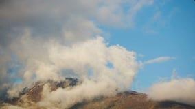 Chmury na wierzchołkach góry Obłoczna formacja upływ zbiory