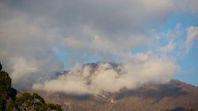 Chmury na wierzchołkach góry Obłoczna formacja upływ zdjęcie wideo