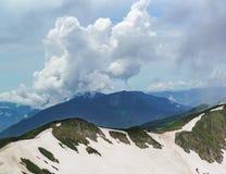 Chmury nad śnieżystą Aibga granią w chmurnym letnim dniu Fotografia Royalty Free