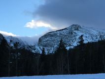Chmury nad śniegi nakrywającymi halnymi szczytami Obrazy Stock