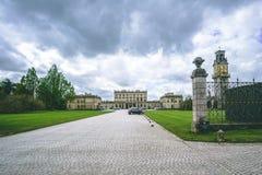 Chmury nad Cliveden domu rezydencji ziemskiej nieruchomością z Zegarowy wierza zdjęcia stock