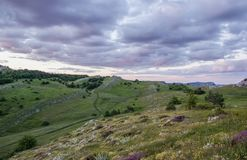 Chmury nad gór purpur zmierzch Zdjęcia Royalty Free