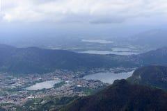 Chmury nad Garlate jeziorem, Włochy zdjęcie royalty free