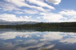 Chmury nad jeziorem zdjęcia royalty free