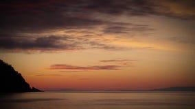 Chmury nad jeziorem przy wschodem słońca, z genialnymi kolorami zbiory wideo