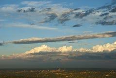 Chmury nad Johannesburg linią horyzontu obraz stock
