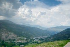 Chmury nad miasteczkiem Rodzaj w Pyrenees Hiszpania zdjęcia stock