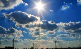 chmury nad miastem Zdjęcia Royalty Free
